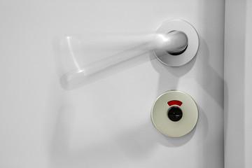 weiße Toiletten-Tür WC