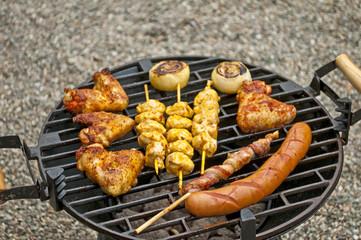 Grill mit Hühnchenflügel, Hühnchenspieß, Bratwurst, Speck