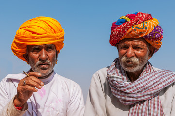 Zwei alte Inder mit bunten Turban, Jodhpur, Rajasthan, Indien