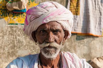 Ein alter sitzender indischer Mann mit Turban, Rajasthan, Indien