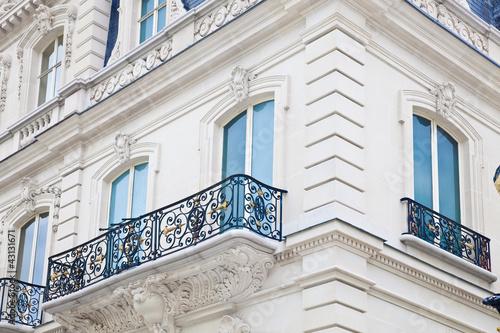 haus mit balkon auf der champs elysees in paris stockfotos und lizenzfreie bilder auf fotolia. Black Bedroom Furniture Sets. Home Design Ideas