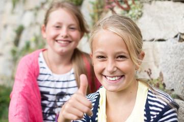 Zwei Mädchen ein Daumen hoch