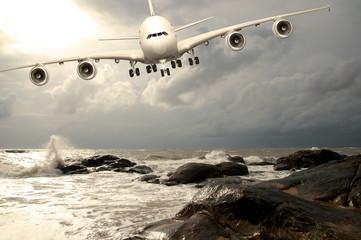 Jumbo Jet beim Landeanflug in der Karibik
