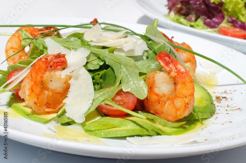 Салат с креветками авокадо и сыром