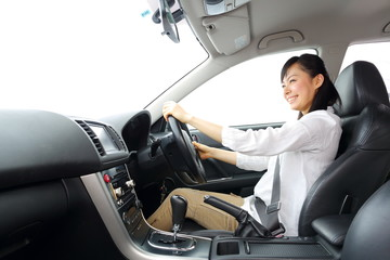 車を運転する女の子