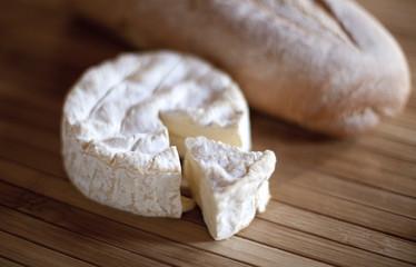 fromage camembert et sa baguette de pain