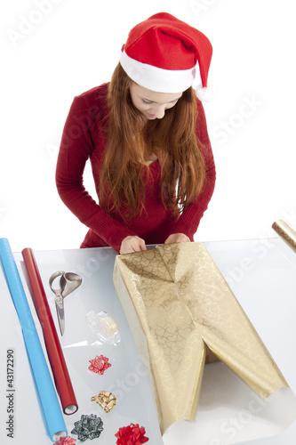 junge frau packt geschenke f r weihnachten ein imagens e. Black Bedroom Furniture Sets. Home Design Ideas