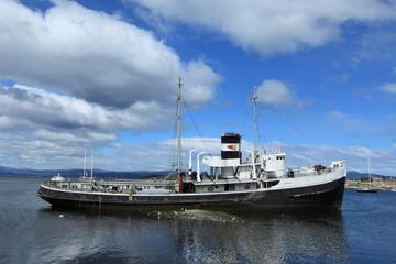 Schiffswrack im Hafen von Ushuaia