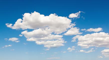 Cielo e nuvole bianche