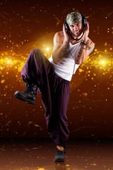 männlicher Tänzer vor Lichterhintergrund
