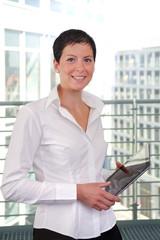 Geschäftsfrau mit tablet pc 2