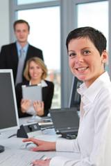 Team am Arbeitsplatz mit Tablet