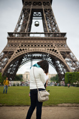 touriste prenant eiffel en photo