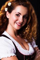 attraktive brünette Frau im Dirndl