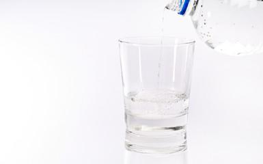 Wasser in ein Glas einschenken
