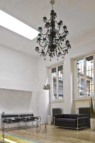 Soggiorno moderno con lampadario a goccia nero immagini for Foto lampadari moderni