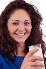 junge lächelnde frau trinkt milch aus einem glas