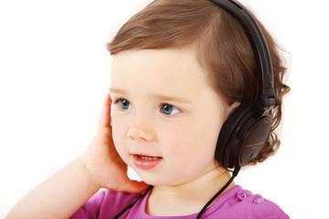 Mädchen hört Musik mit einem Kopfhörer