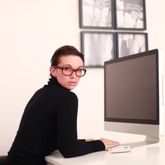 Junge Frau bei der Arbeit