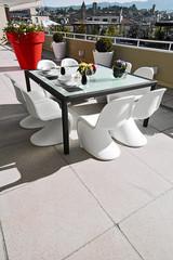 moderno tavolo da pranzo apparecchiato in terrazza