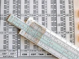 regolo calcolatore con tavole logaritmiche