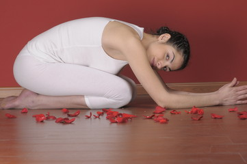 Mujer joven haciendo yoga
