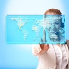 Callcenter Mitarbeiterin vor Weltkarte
