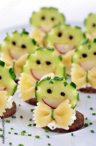 Frischkäsehäppchen Mit Gemüsedeko Und Farfalle Stockfotos Und