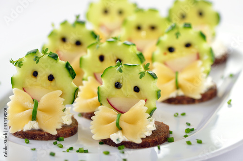 Lustige Appetithäppchen Mit Kräuterfrischkäse Und Gemüsedeko