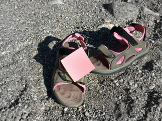 Sandal and post-it