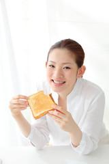 トーストを食べる女性
