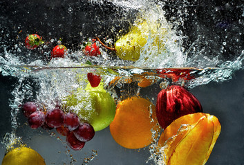 Fotorolgordijn Opspattend water Fruit and vegetables splash into water