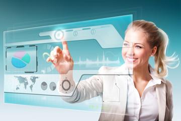 junge Geschäftsfrau steht vor virtuellem Interface