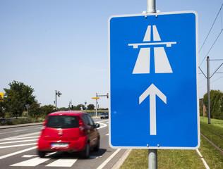 Autobahnschild mit Auto