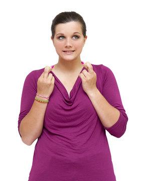 Jeune femme croisant ses doigts
