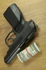 пистолет и доллары
