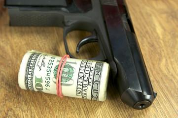 доллары и пистолет