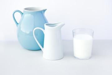 Milchkanne mit Milchglas