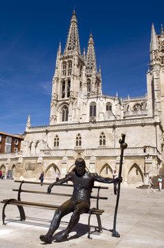 Estatua de peregrino y al fondo Catedral Santa Maria de Burgos