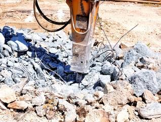 Martellone idraulico e demolizione blocco in cemento armato