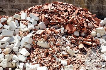 Macerie e detriti di blocchi di laterizio e mattoni