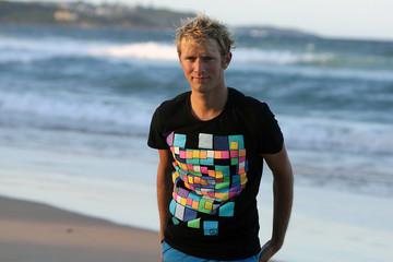 Jeune homme blond sur la plage