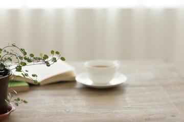 テーブルの上にある紅茶と観葉植物