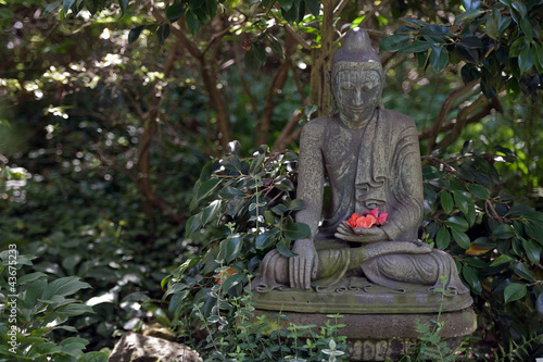 buddha figur im japanischen garten stockfotos und. Black Bedroom Furniture Sets. Home Design Ideas