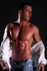 uomo muscoloso che si spoglia