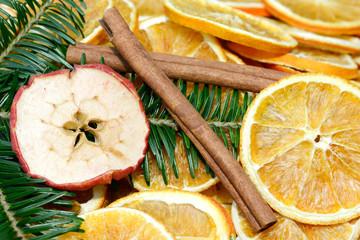 Tuinposter Plakjes fruit Stangenzimt mit Tockenobst