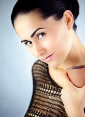 Obraz Ciekawa kobieta odpoczywająca przy aromatycznej herbacie - fototapety do salonu