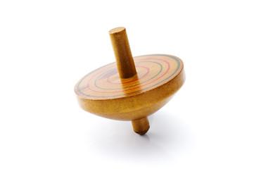 白背景に木製の独楽