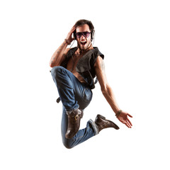 cooler junger Mann jubelnd beim Sprung