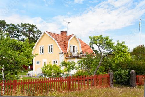 typisches schwedisches holzhaus in gelber fabfassung stockfotos und lizenzfreie bilder auf. Black Bedroom Furniture Sets. Home Design Ideas